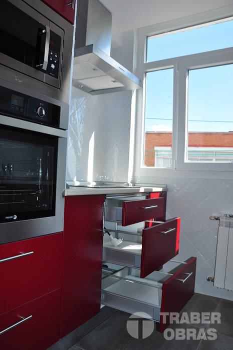 Reforma integral de vivienda por Traber Obras .  Cocina.: Cocinas de estilo  de Traber Obras