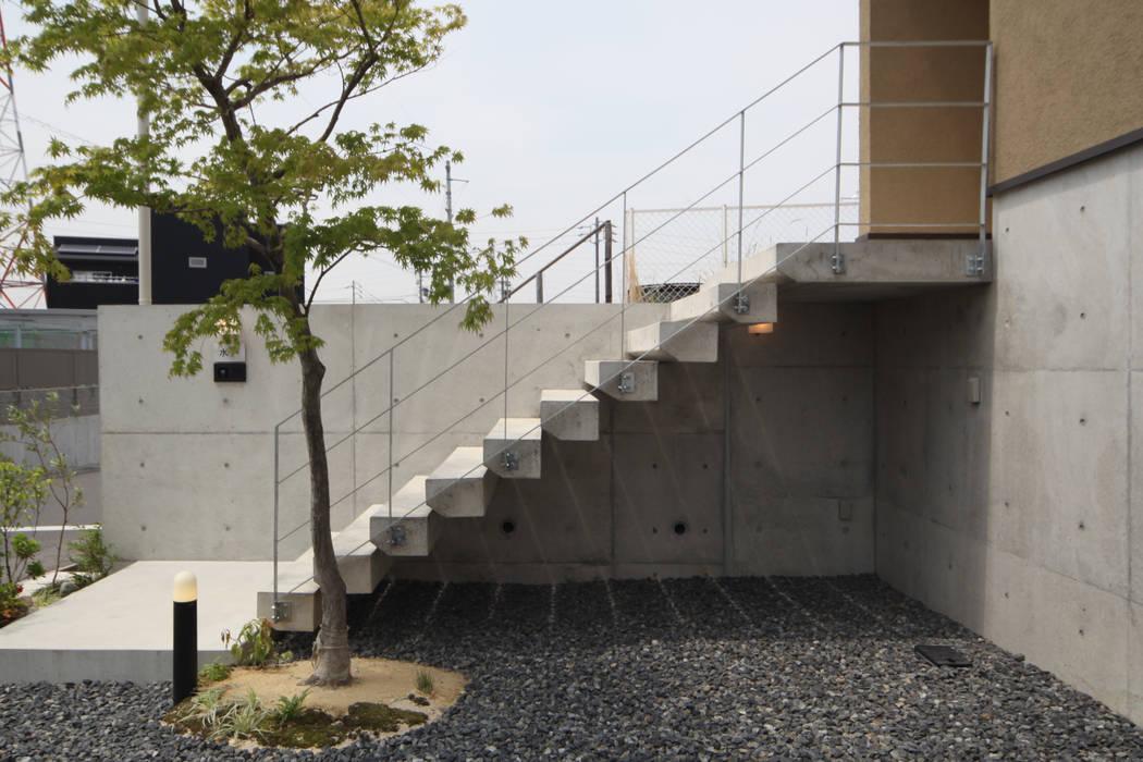アプローチのコンクリート片持ち階段 モダンな 家 の 青木昌則建築研究所 モダン