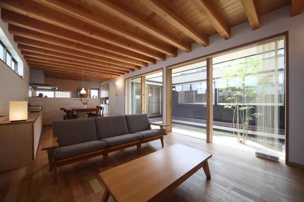 リビング: 青木昌則建築研究所が手掛けたリビングです。