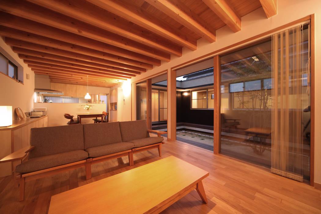 リビング夕景: 青木昌則建築研究所が手掛けたリビングです。