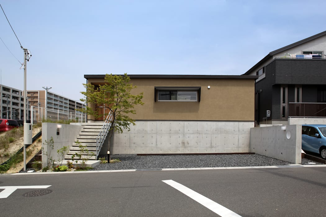 高基礎と左官仕上げの外壁の外観: 青木昌則建築研究所が手掛けた家です。