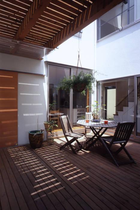 市川の家: 長浜信幸建築設計事務所が手掛けたベランダです。