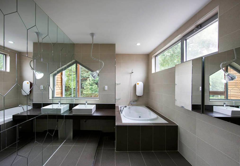 Baños de estilo moderno de CHORA Moderno