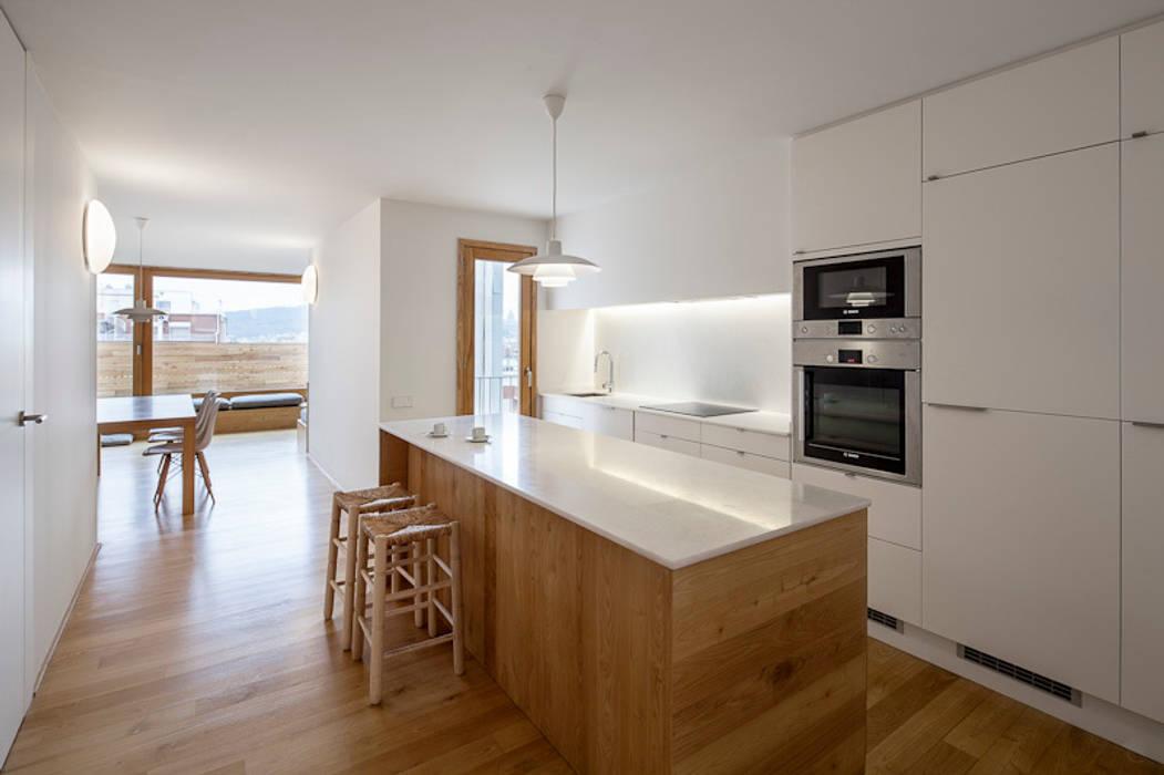 """Reforma de un ático en el barrio del """"Eixample"""" en Barcelona: Cocinas de estilo minimalista de Room Global"""
