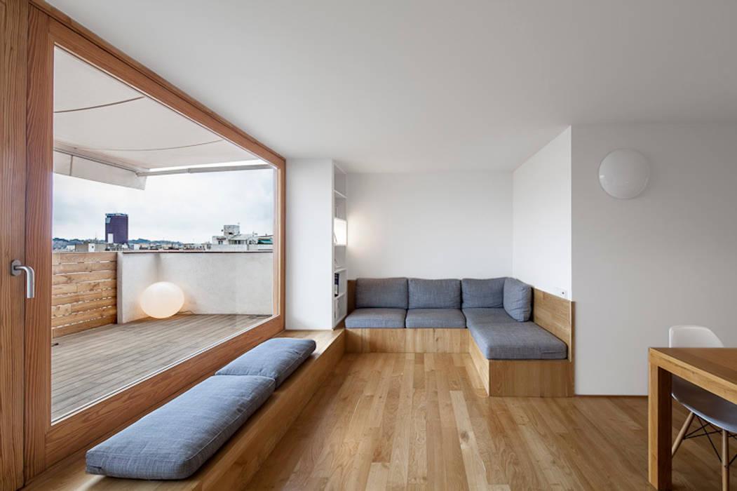 """Reforma de un ático en el barrio del """"Eixample"""" en Barcelona: Comedores de estilo  de Room Global"""