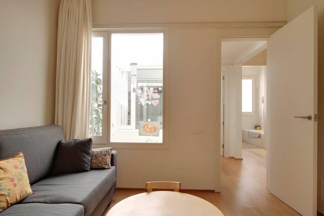 Reforma vivienda en el Barrio de Gracia en Barcelona: Salones de estilo moderno de Room Global