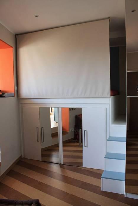 """La zona notte """"semichiusa"""": Camera da letto in stile in stile Moderno di UAU un'architettura unica"""