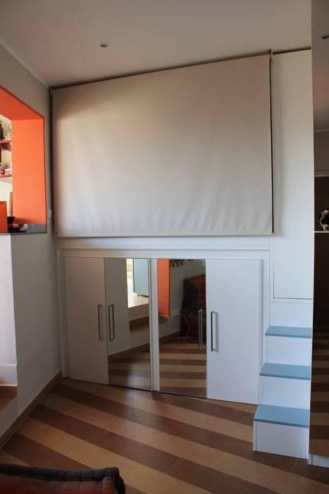 """La zona notte """"chiusa"""": Camera da letto in stile in stile Moderno di UAU un'architettura unica"""