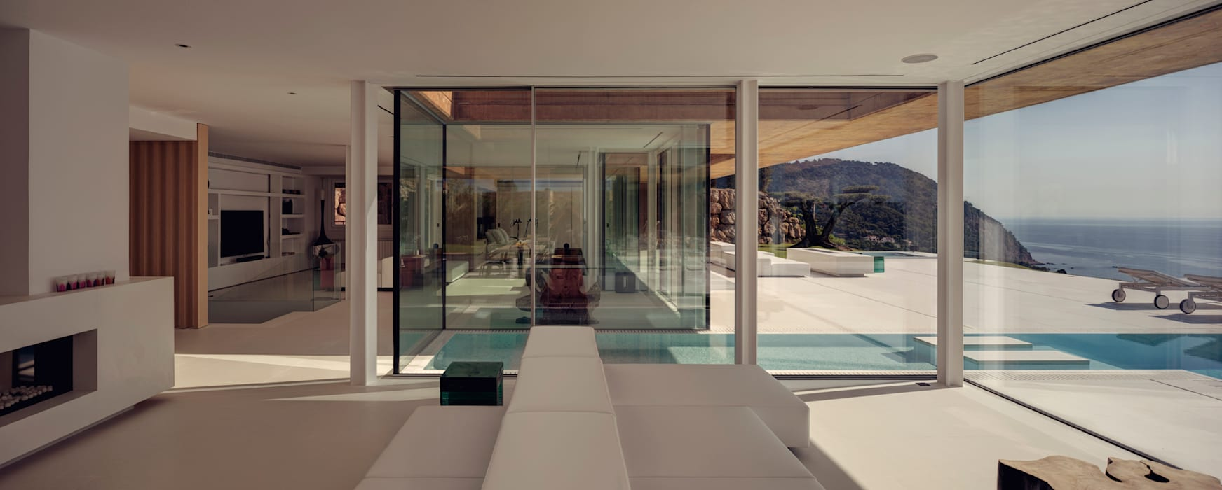 Rehabilitación de vivienda unifamiliar en Begur, Costa Brava, Baix Empordá: Salones de estilo minimalista de MANO Arquitectura