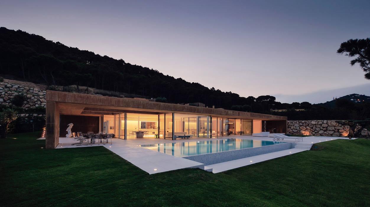 Rehabilitación de vivienda unifamiliar en Begur, Costa Brava, Baix Empordá: Casas de estilo minimalista de MANO Arquitectura