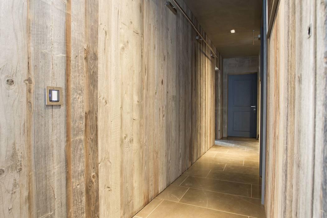 Pasillos, vestíbulos y escaleras de estilo rústico de DF Design Rústico