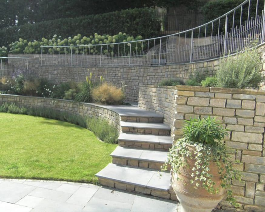 Large contemporary family garden design, Kenley, Surrey:  Garden by Linsey Evans Garden Design,
