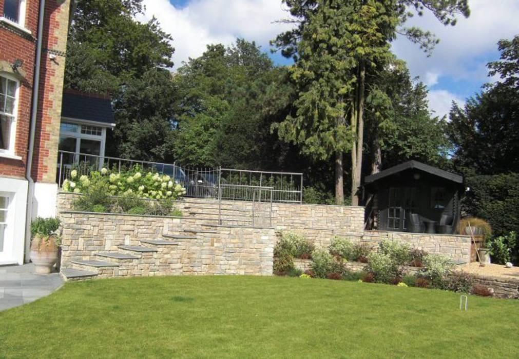 Large contemporary family garden design, Kenley, Surrey:  Garden by Linsey Evans Garden Design,