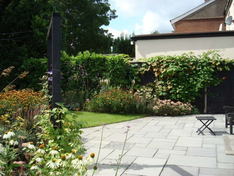 Long, narrow, contemporary garden design, Woking, Surrey:  Garden by Linsey Evans Garden Design,