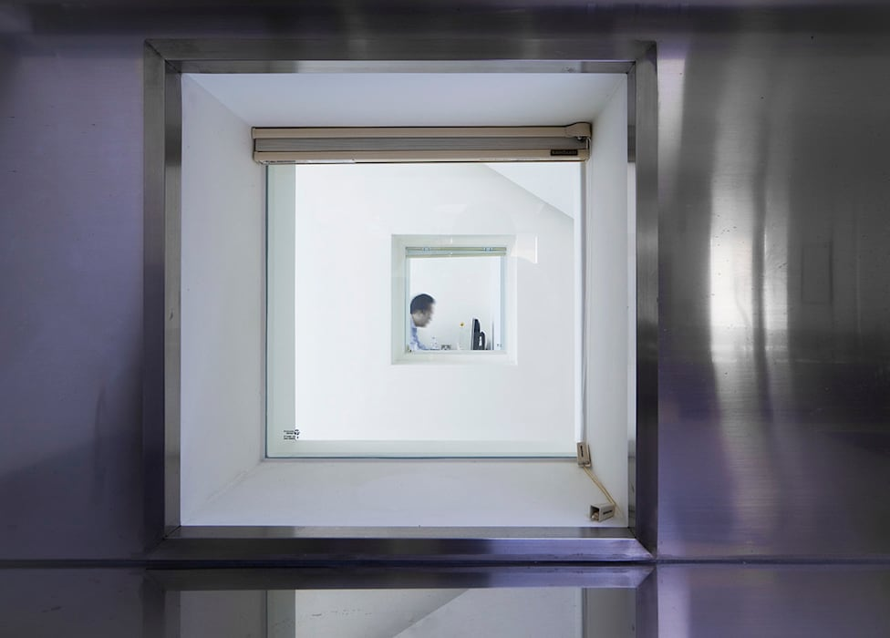 Floating House: hyunjoonyoo architects의  창문