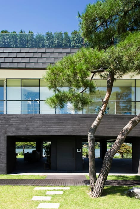 Floating House: hyunjoonyoo architects의  주택