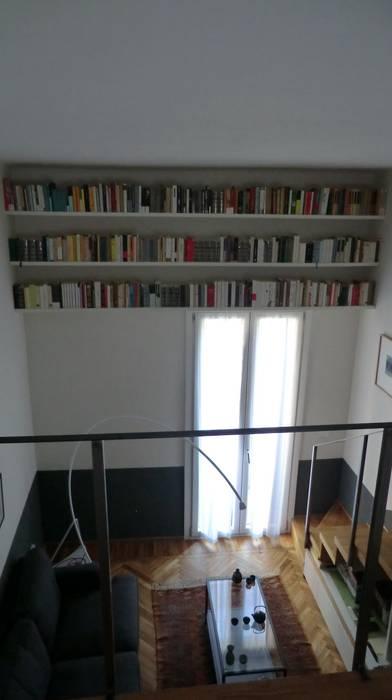 Libreria sopra finestra: Soggiorno in stile in stile Industriale di Arch. Silvana Citterio
