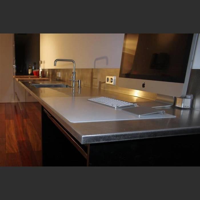 Maatwerkkeuken: hoogglans zwart met RVS werkblad:  Keuken door Joep Schut, interieurmaker, Modern