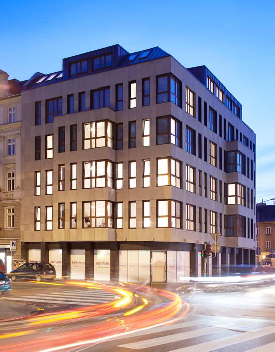 Wodna 15 / perspektywa wieczorna: styl , w kategorii Domy zaprojektowany przez Easst.com