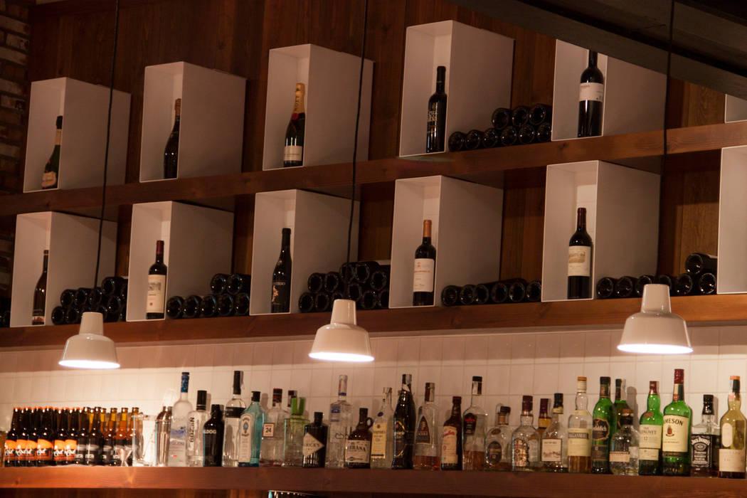 Botellero expositivo: Locales gastronómicos de estilo  de ALBERT SALVIA dissenyador d'interiors