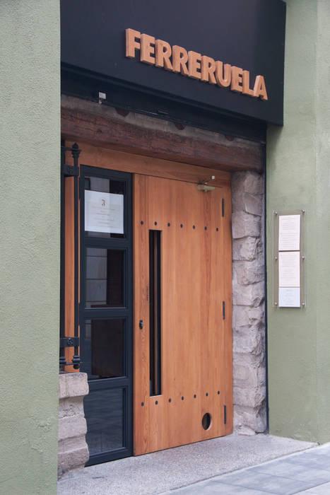Puerta de acceso Gastronomía de estilo mediterráneo de ALBERT SALVIA dissenyador d'interiors Mediterráneo