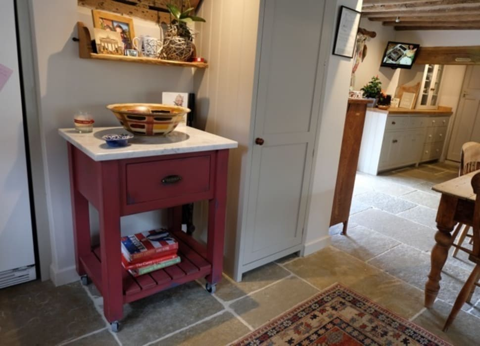 Umbrian Limestone with butchers block:  Kitchen by Floors of Stone Ltd,