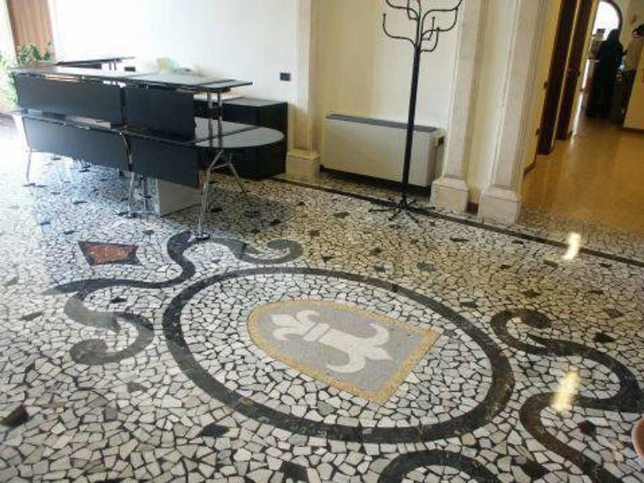 Il mosaico nell'ingresso.: Ingresso & Corridoio in stile  di Giuseppe Maria Padoan bioarchitetto - casarmonia progetti e servizi