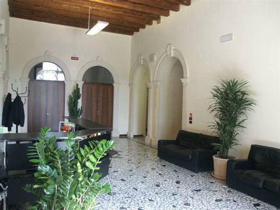 Spazio ingresso.: Ingresso & Corridoio in stile  di Giuseppe Maria Padoan bioarchitetto - casarmonia progetti e servizi