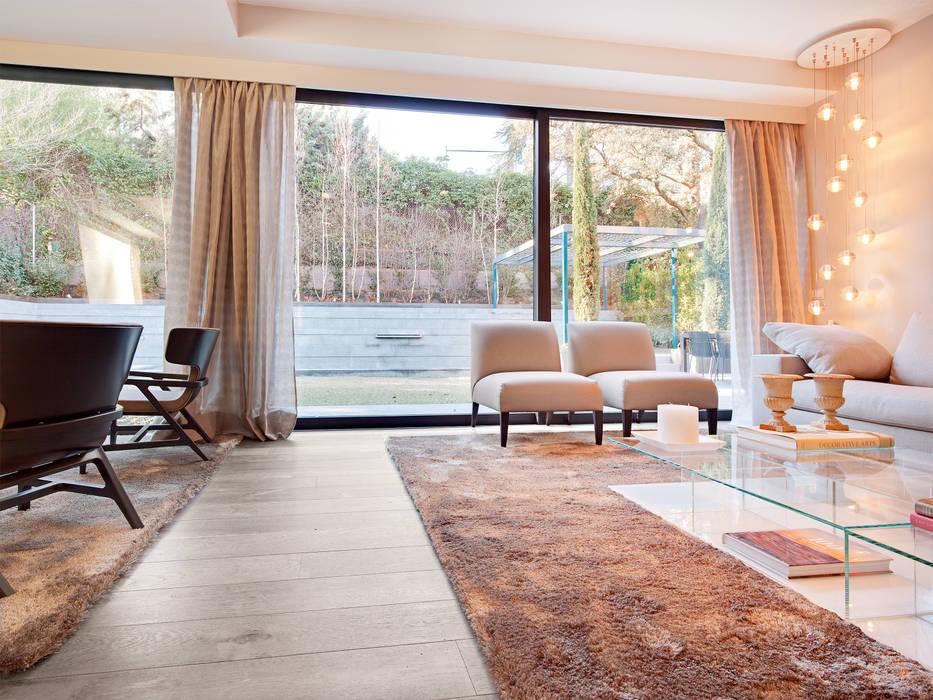 Tarima de roble storm – proyecto madrid: soggiorno in stile di ...