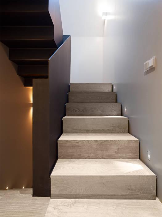 TARIMA DE ROBLE STORM - Proyecto Madrid Ingresso, Corridoio & Scale in stile moderno di Tarimas de Autor Moderno