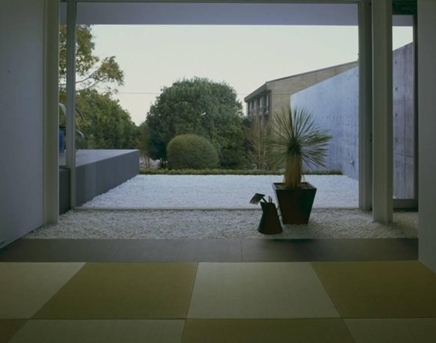 伊豆高原の家: 水谷壮市が手掛けたテラス・ベランダです。