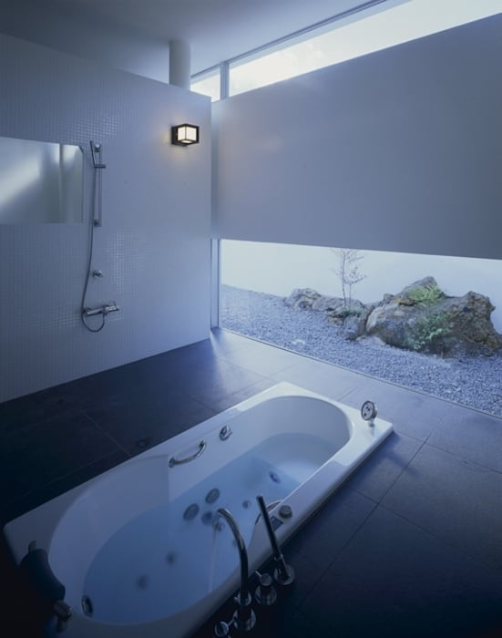 伊豆高原の家: 水谷壮市が手掛けた浴室です。,モダン