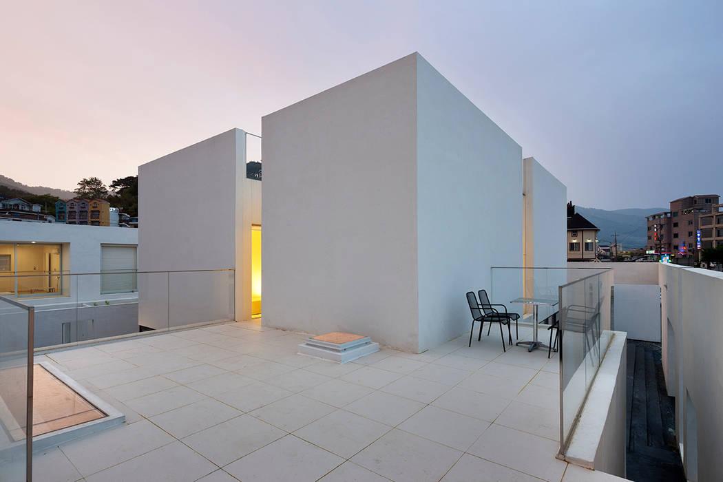 Terrazas de estilo  por hyunjoonyoo architects,