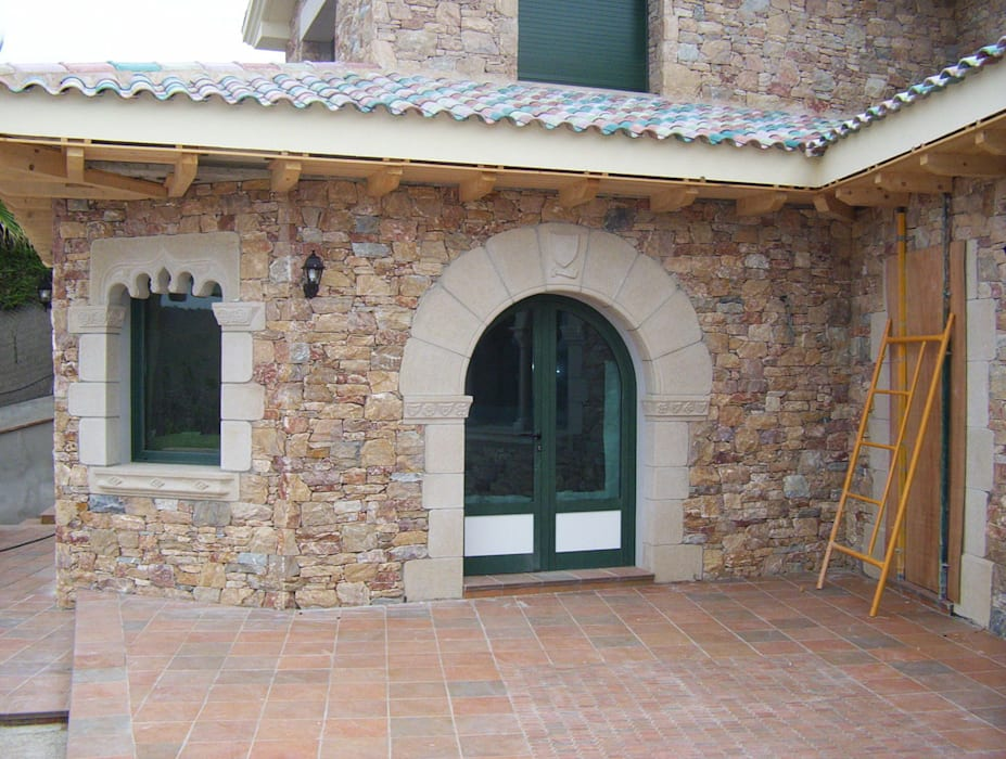 Puerta románica de medio punto. James Rossell Puertas y ventanas de estilo mediterráneo