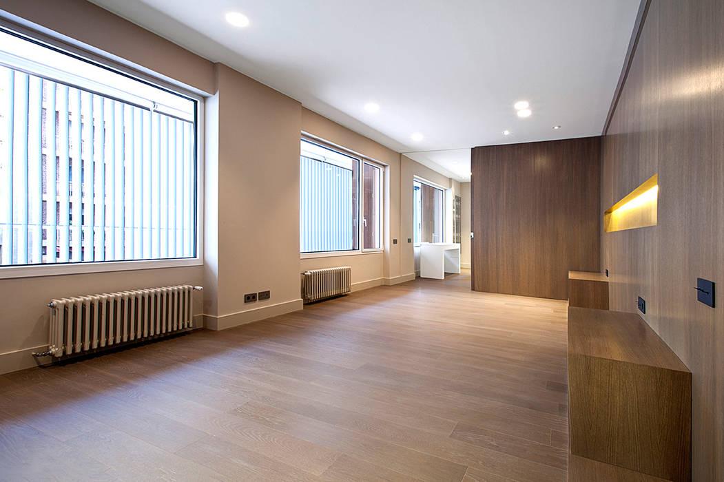 Rehabilitación de ático en Turó Park, Barcelona: Dormitorios de estilo minimalista de THK Construcciones