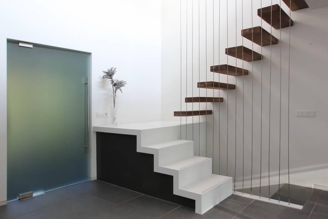 Trap met zwevende treden en doorvalbeveiliging Moderne gangen, hallen & trappenhuizen van Leonardus interieurarchitect Modern