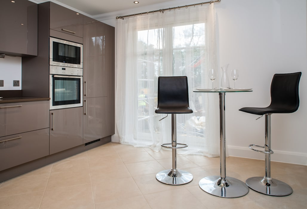 Show flat in Ascot, UK Modern kitchen by Lujansphotography Modern