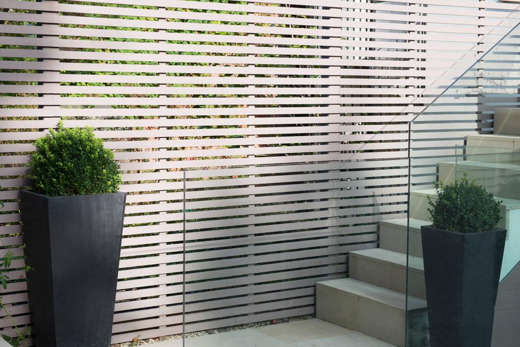 Garden fence Jardins modernos por DDWH Architects Moderno