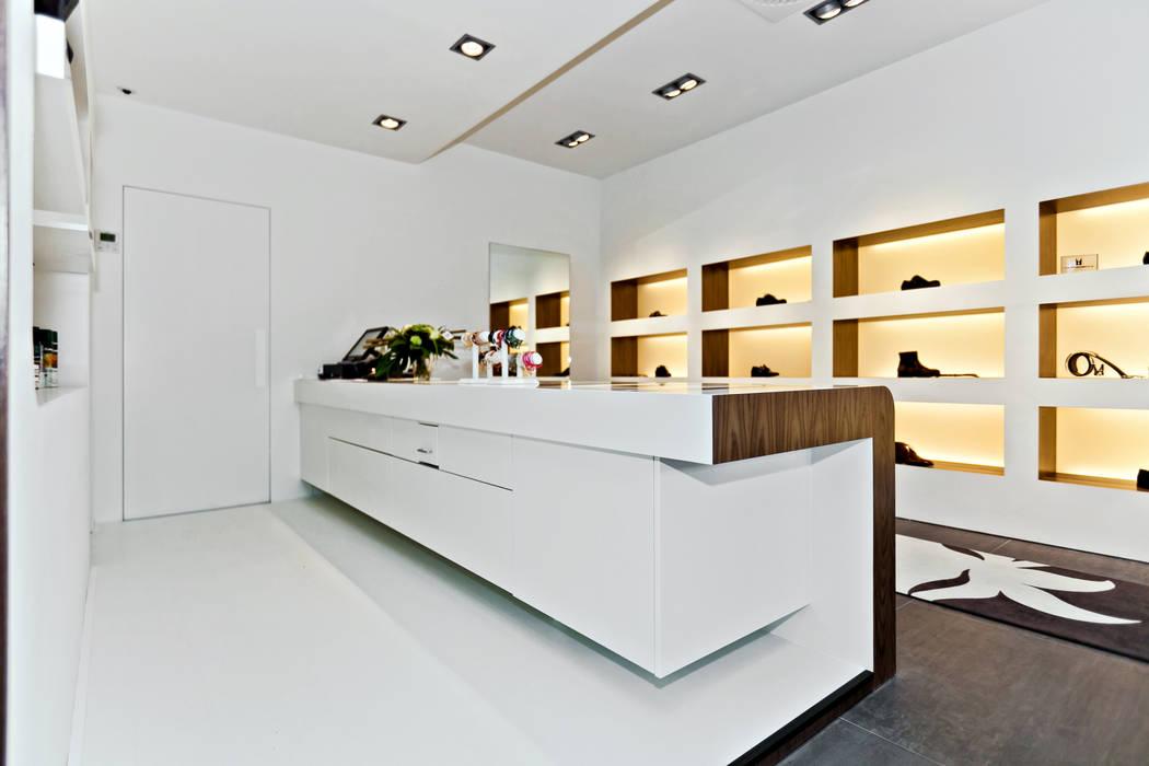 Espaces commerciaux de style  par Leonardus interieurarchitect, Moderne