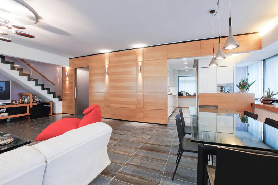 Il soggiorno e la zona pranzo con vista sulla cucina: Soggiorno in stile in stile Moderno di Emanuela Gallerani Architetto