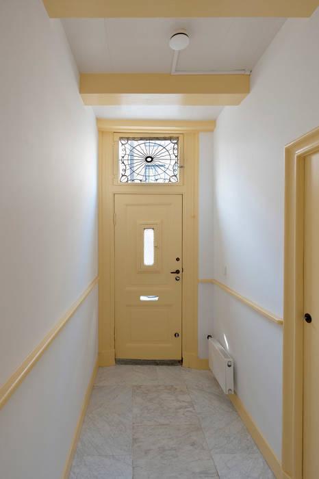 ingang no 17 Klassieke gangen, hallen & trappenhuizen van Architectenbureau Vroom Klassiek