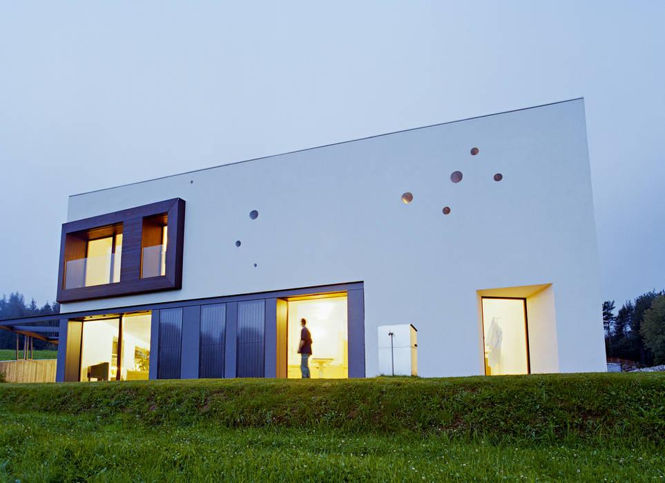 SUSI - Single Family House and Veterinarian Office Casas de estilo moderno de AllesWirdGut Architektur ZT GmbH Moderno