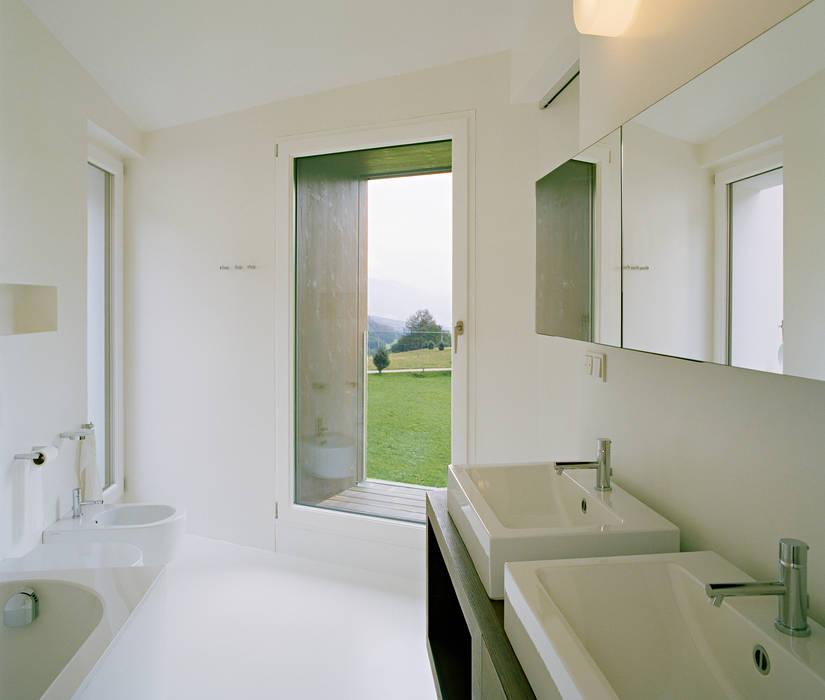 SUSI - Single Family House and Veterinarian Office Baños de estilo moderno de AllesWirdGut Architektur ZT GmbH Moderno