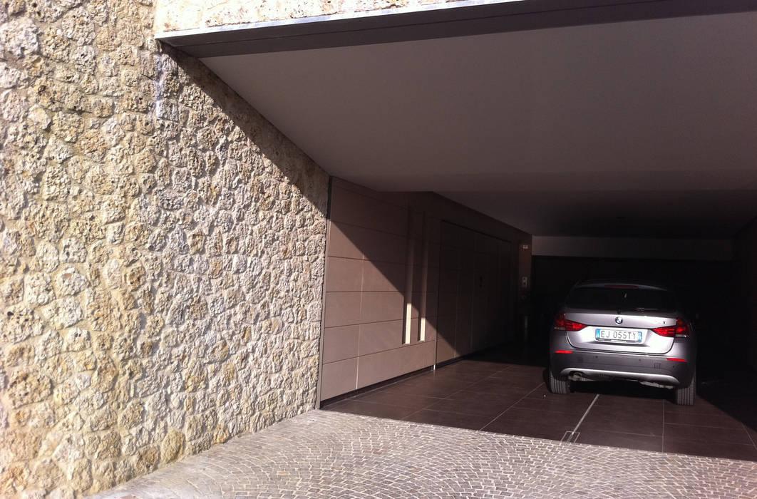 Casa Zara: Garage/Rimessa in stile  di Studio di architettura_Claudio Dorigo architetto