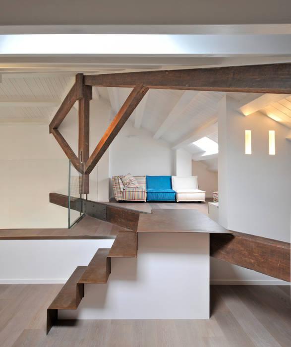 Casa Albega: Ingresso & Corridoio in stile  di  INO PIAZZA studio