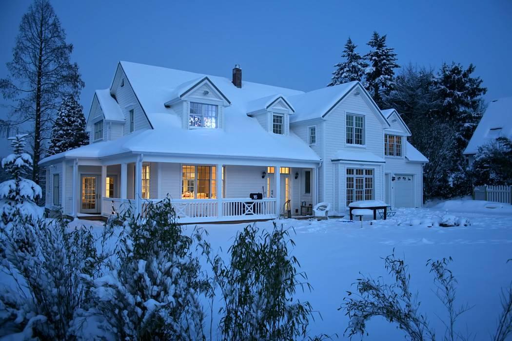 OPEN HOUSE front im Schnee:  Häuser von THE WHITE HOUSE american dream homes gmbh,