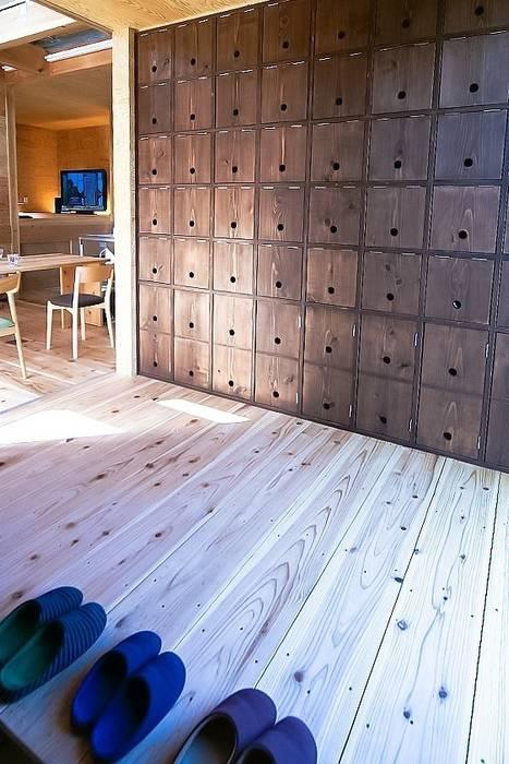 MST3-house. ラスティックスタイルの 玄関&廊下&階段 の AtelierorB ラスティック
