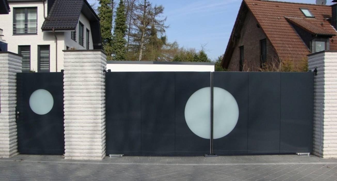 現代房屋設計點子、靈感 & 圖片 根據 ZABAG Security Engineering GmbH 現代風