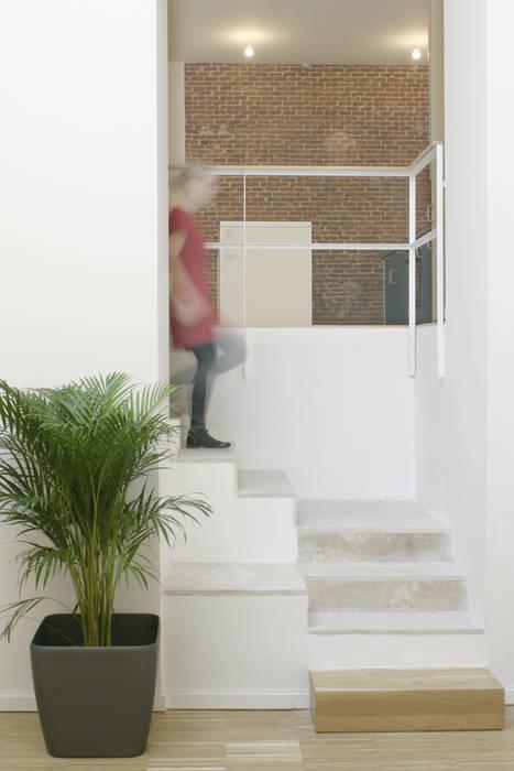 REHABILITACIÓN DE EDIFICIO CONDE DE ROMANONES. Madrid: Pasillos y vestíbulos de estilo  de Beriot, Bernardini arquitectos