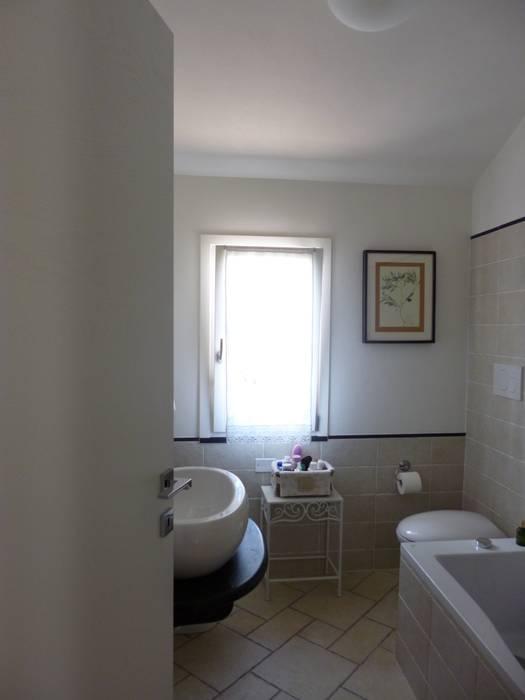 Casa degli ulivi, vivere fra terra a mare. Moneglia (Genova): Bagno in stile in stile Rustico di BaBo Design - Barbara Sabrina Borello